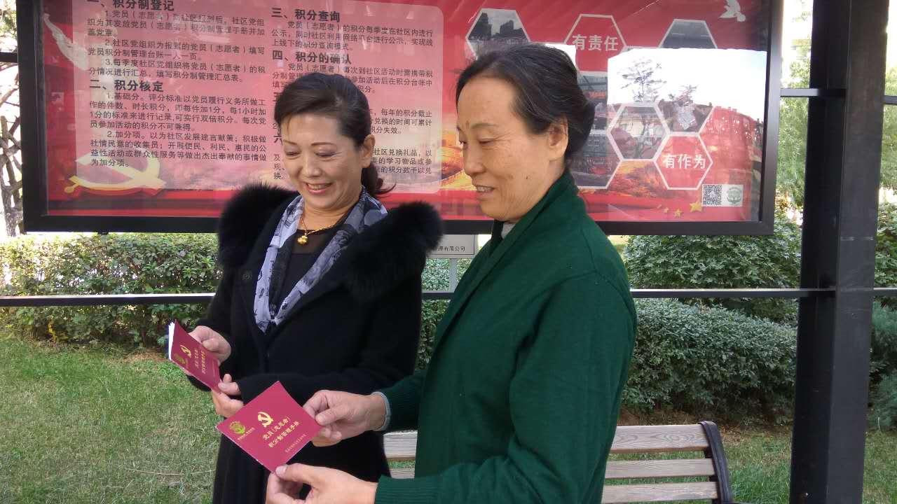 赵淑玲阿姨在社区做志愿者3年多了,她给社区捐赠书籍,衣物,再加上劳动