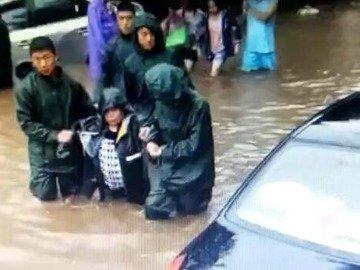 多人被困家中,危急时刻,葫芦岛消防官兵及时赶到,冒雨趟着齐腰深水